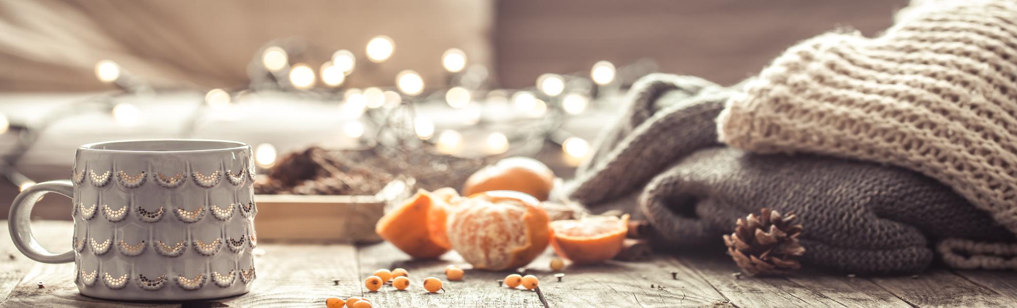 Winter-Heißgetränk-Mandarinen-Nadelbaumzapfen-Decken-Holzbank-Sterme-Lichterkette