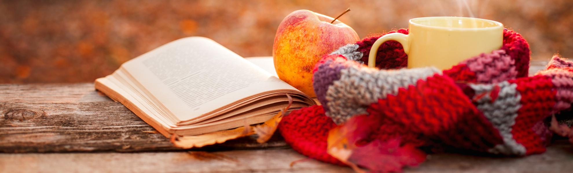 Herbst-Buch-Apfel-Schal-Heißgetränk-Holzbank
